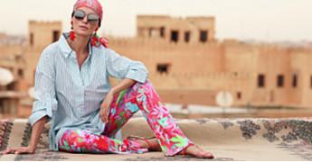 5 способов носить шелковый платок и выглядеть каждый раз по-другому
